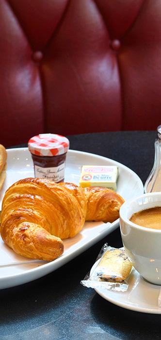 Formule petit déjeuner (Boisson chaude, pain beurre confiture, croissant, orange pressée)